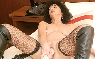 Kinky mature slut pumping herself with huge toys