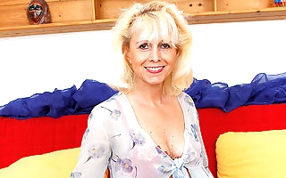 Mature housewife gets her wet hole plugged by her toyboy